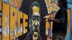 En grupp konstnärer målade ett porträtt på George Floyd i närheten av den plats där han misshandlades av polisen.