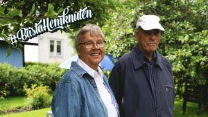 Anneli Honkanen och Matti Honkanen står bredvid varandra i sin trädgård.