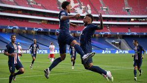 Marquinhos och Neymar jublar efter ett mål mot Leipzig.