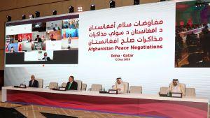 Podiet vid öppningssessionen i Doha på lördagen. Från vänster til höger: USA:s Afghanistan-sändebud Zalmay Khalilzad, USA:s utrikesminister Mike Pompeo, Qatars utrikesminister Mohamad Bin Abdel Rahman Al-Thani och Qatars specialsändebud Majid al-Qahtani.