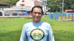 Khairil Ashaari. En man står framför kameran ikväll en ljusblå långärmad skjorta från en cykeltävling.