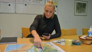 Kvinna pekar på Finlandskarta.
