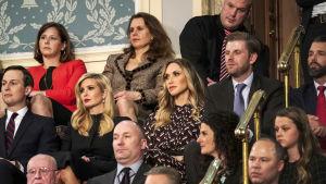 Den här bilden är tagen då president Trump höll sitt State of the Union-tal i februari i fjol. På mittersta raden från vänster: Jared Kushner, Ivanka Trump, Eric Trumps hustru Lara Trump, Eric Trump själv och längst till höger Donald Trump Jr.