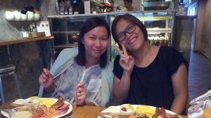 Nancy Wong och hennes vän Helen Lau sitter på ett kafé och äter brittisk frukost. De njuter av sådana en gång i veckan, men de beklagar att de sällan kan äta upp allt