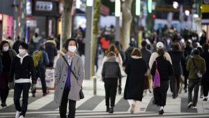 Regeringen utlyste i januari nödläge i flera stora städer som Tokyo för att få kontroll över det förvärrade coronaläget.