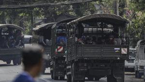 Säkerhetsstyrkor i Myanmar använder medvetet allt mer dödligt våld och slagfältsvapen mot obeväpnade demonstranter.