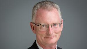 Ian Talbot, som är vd för Irlands centralhandelskammare, tittar in i kameran.