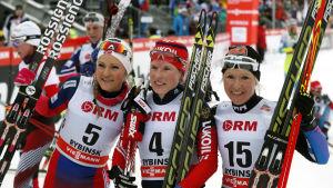 Martine Ek Hagen, Julija Tjekaljova och Riitta-Liisa Roponen på pallen i Rybinsk, januari 2015