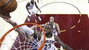 Cleveland-spelaren LeBron James sliter till sig en retur under korgen.