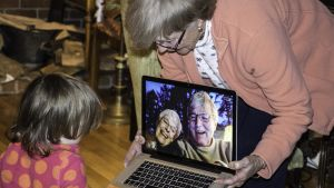 barnbarn pratar med mor/farförälder via Skype/datorn