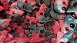 Godis i form av dödskallar i rött och svart.