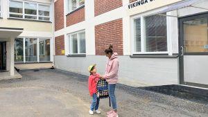 Romeo med mamma Nadia Boussir vid Vikinga skola i Vasa.