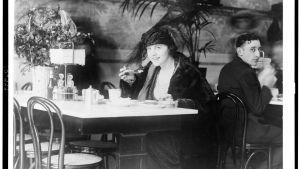 Ensam kvinna på restaurang, foto taget 1909.