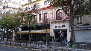 Konsertlokalen Bataclan fotograferad från andra sidan gatan. Framför Bataclans entré campar publik inför kvällens konsert.