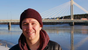 Ung man i Rovaniemi framför en ny bro som går över Kemi älv