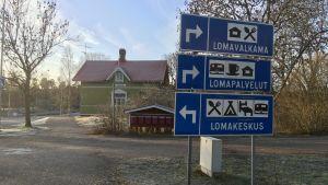 Vägskyltar invid vägen i Gustavs