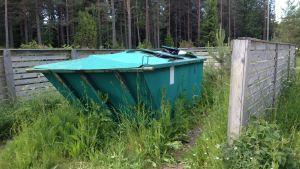 Ett av många stora sopkärl i den väståboländska skärgården.