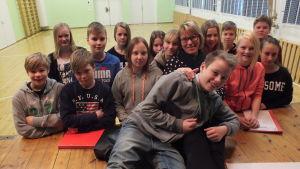 Sjätteklassarna i Övermark och finskläraren Victoria Rajasalo