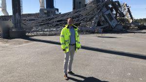 Marknadschef Markus Rönnblom vid kvarken Ports framför den rasade kranen.