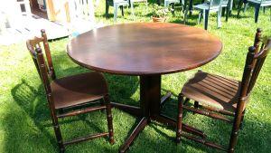 Ett mörkbrunt matbord med två stolar