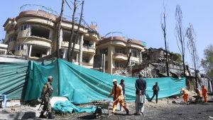 Kommunalarbetare städar upp efter att en bilbomb dödat sex personer i maj 2019 i medborgarorganisationen Counterpart Internationals kontor.