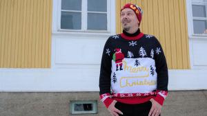 Tommi Haapaniemi joulupaidassa pihamaalla.