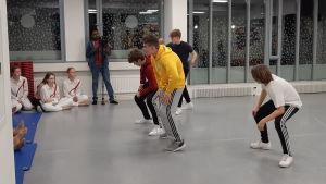 Pojkar dansar i Hurja Piruetti.