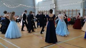Virkby gymnasium och de gamlas dans.