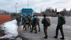 Beväringar stiger ombord på bussen från Jakobstad till Dragsvik.