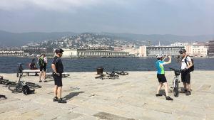 Cyklister på piren Molo Audace i Trieste, Italien.