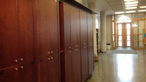 Förvaringsskåp i Borgå gymnasiums nedre aula.