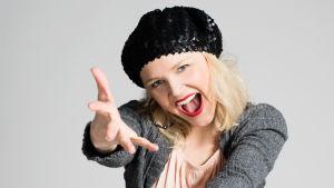 Anni Saarikunnas (Anna-Maija Tuokko) katsoo nauraen kameraan.