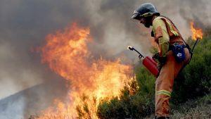 Brandman kämpar mot elden i Galicien, Spanien.