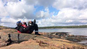 Mikko Peltola evästauolla pienellä saarella.