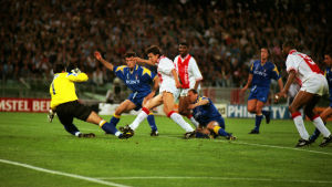Jari Litmanen gör mål i Champions League-finalen 1996.