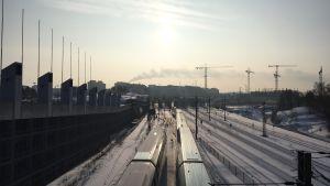 Tåg i Böle i vintersol.