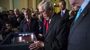 Mitch McConnell och Lindsey Graham sammanbitna, på presskonferens i senaten
