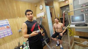 Diego Urbina (vasemmalla) ja Romain Charles (oikealla) Mars500-kokeen lääketieteellisessä moduulissa.
