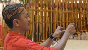 Imran Hilmy spelar det sydostasiatiska instrumentet angklung.