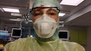 Sjukskötare i skyddsutrustning.
