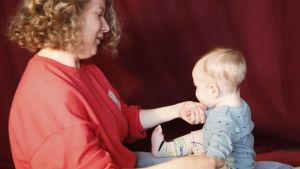 Soiva syli: äiti ja lapsi