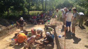 Amatörarkeologer hittade unika leridoler vid utgrävningar i Ånäs, Vanda.