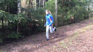 Alexandra Brenner ute och orienterar i skogen.