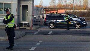 Polisen kontrollerar id-handlingar vid gränsen