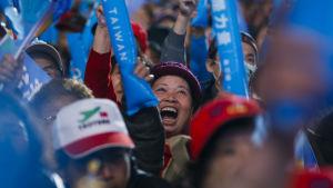 Anhängare till Taiwans styrande Kuomintangparti hejar på ledaren Eric Chu.