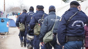 Polis på flyktingläger i Idomeni.