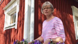 Anne-Maj Johansson utanför stuga hon hyr ut på Pellinge