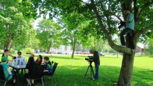 Kuvaajat kuvaavat Tuhkimotarinoita -ohjelmaa puutarhassa