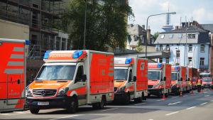 Ambulanser står redo att evakuera folk när en krigstida flygbomb desarmeras i Frankfurt.