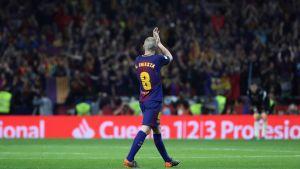 Andres Iniesta klappar åt publiken.